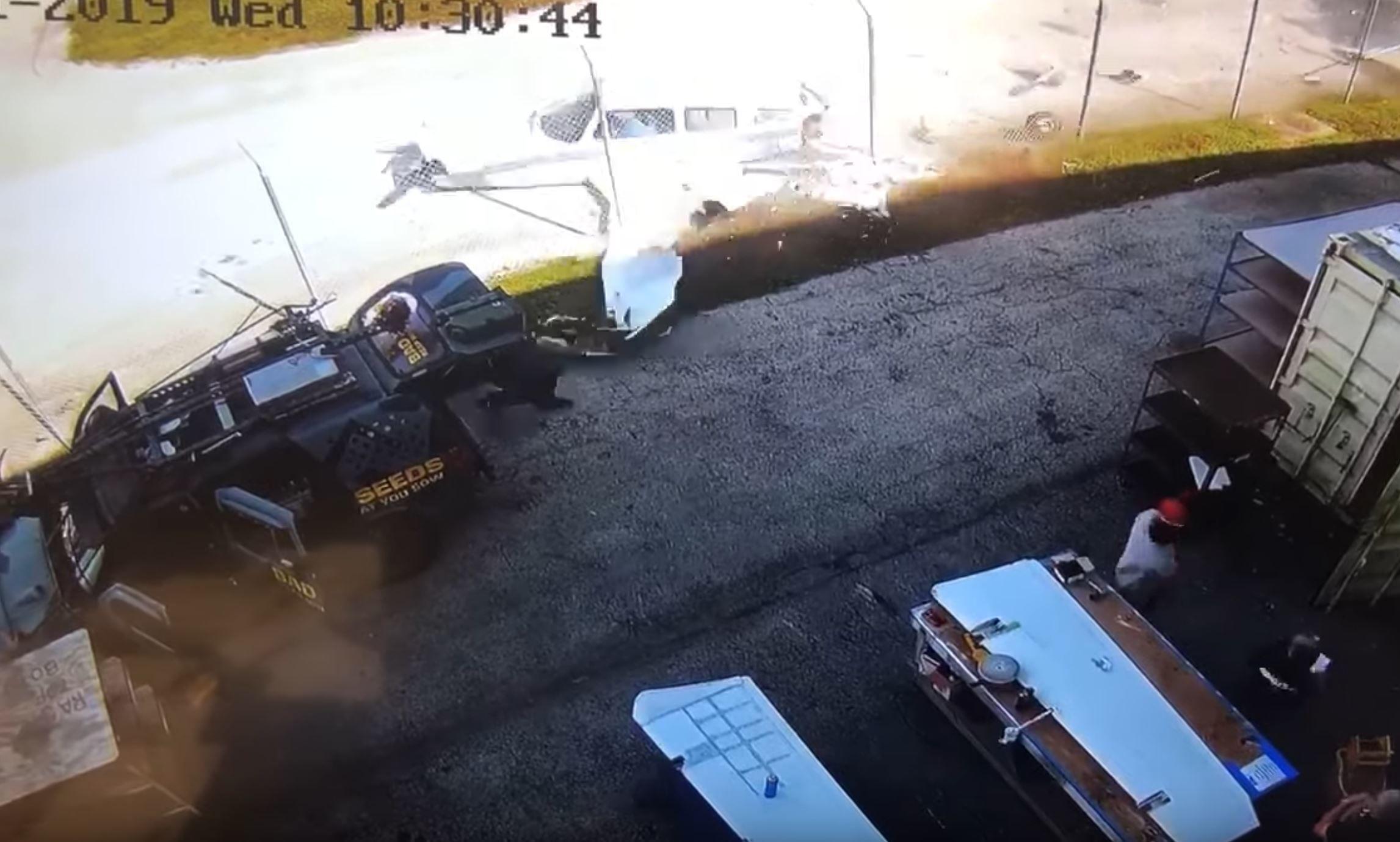 Momento exácto cuando la avioneta impacta contra la valla