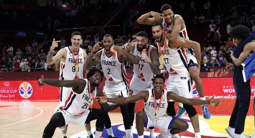 La selección de Francia celebra la victoria sobre sus rivales de Australia en la Copa Mundial de baloncesto
