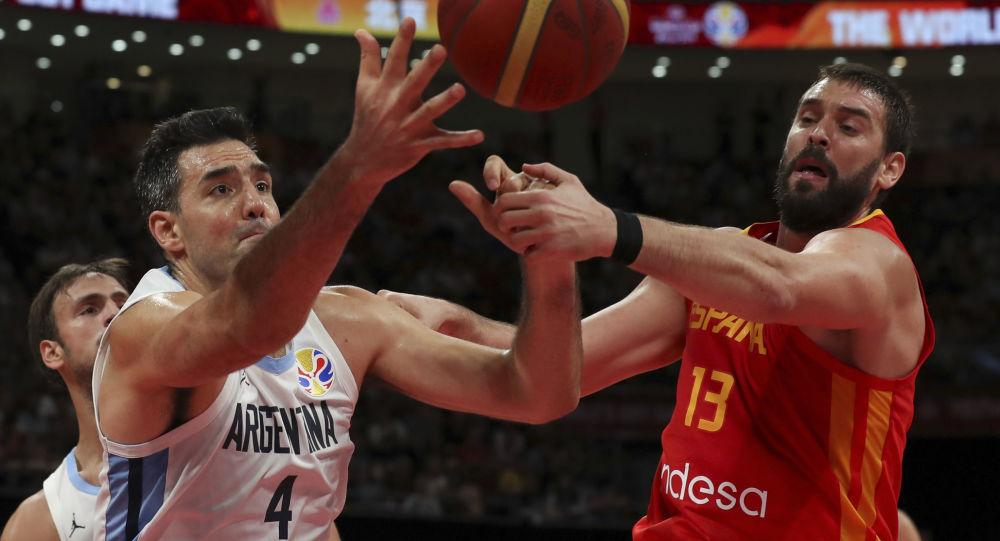 Luis Scola de Argentina y Marc Gasol de España durante la final de la Copa Mundial de baloncesto