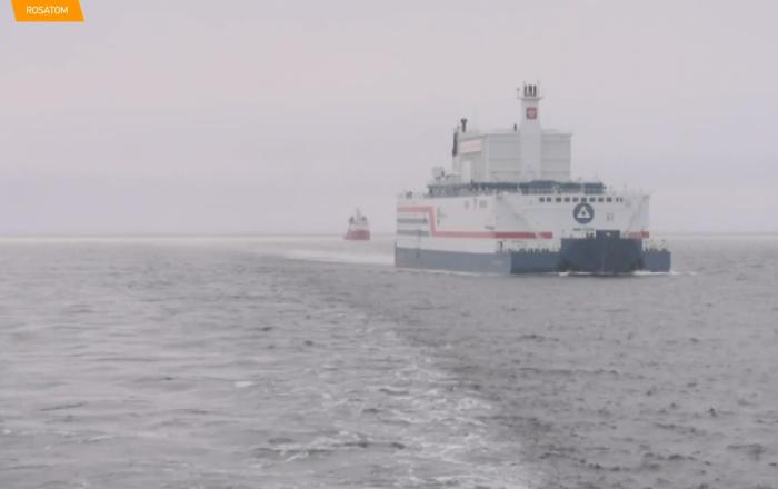La central flotante Akademik Lomonosov es amarrada en un puerto de Chukotka
