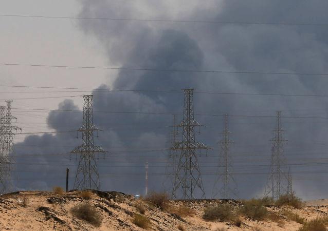 El humo en las refinerias saudíes Aramco tras el ataque con drones