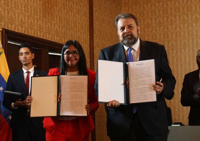 La vicepresidenta de Venezuela, Delcy Rodríguez junto al diputado opositor Timoteo Zambrano