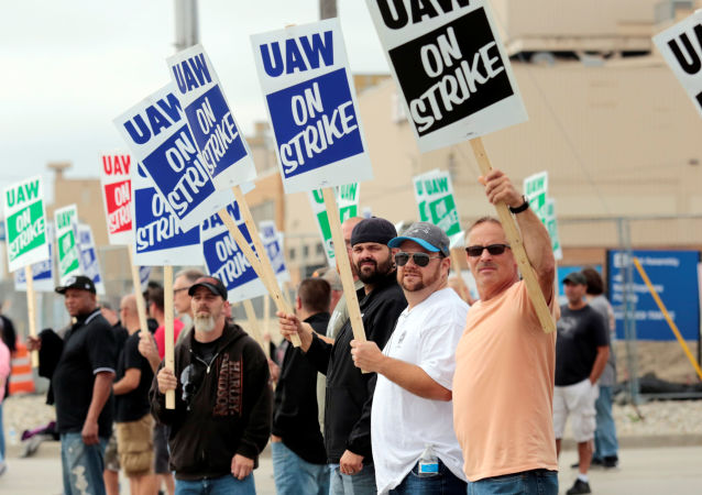 Miembros del sindicato United Auto Workers protestan contra General Motors