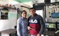 lvis se encarga de la cocina y su mujer de la contabilidad