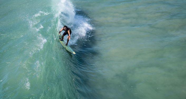 Un surfista (imagen referencial)