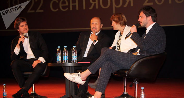 Filip Perkon, director del Festival Internacional Unicornio de Oro (izquierda), durante la inauguración del evento en Moscú