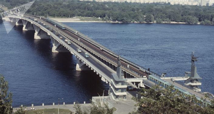 Puente Metro sobre el río Dniéper en Kiev