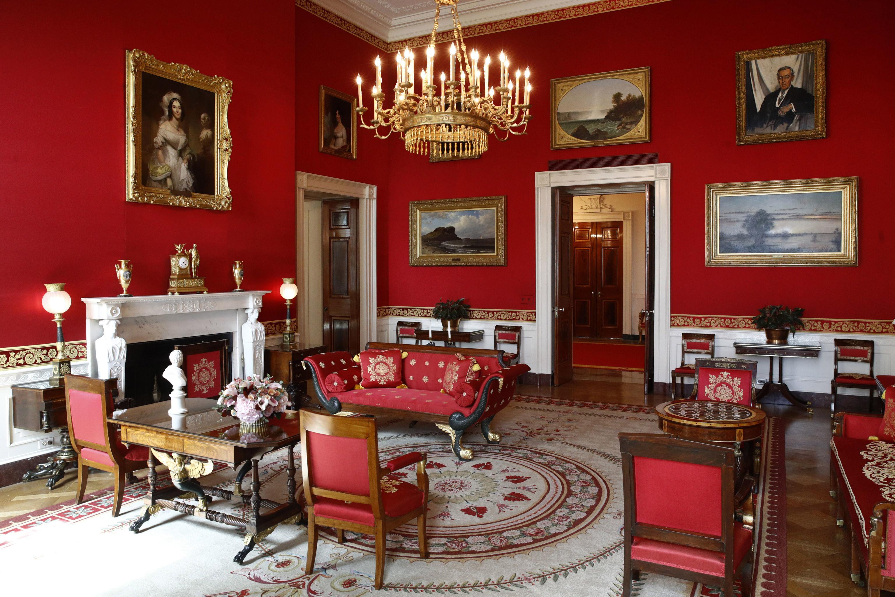 La Sala Roja de la Casa Blanca tras una remodelación coordinada por la primera dama de Estados Unidos, Melania Trump