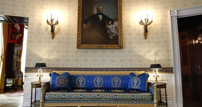 La Sala Azul de la Casa Blanca tras una remodelación coordinada por la primera dama de Estados Unidos, Melania Trump