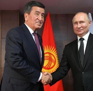 Los presidentes de Kirguistán y Rusia, Sooronbái Zheenbékov y Vladímir Putin