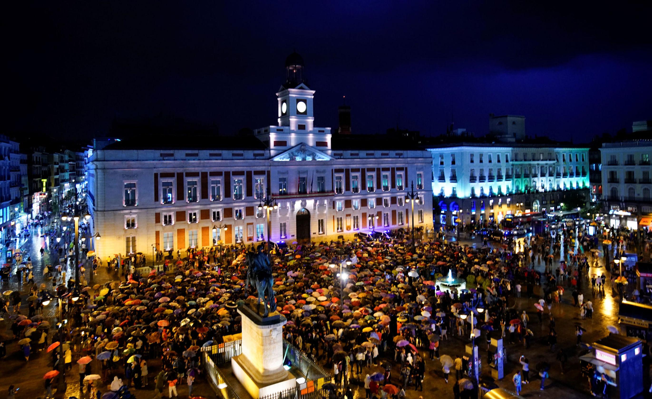 Personas se reúnen en Madrid para protestar contra la violencia de género en España