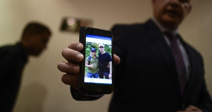 El Fiscal General de Venezuela, Tarek William Saab, muestra una foto del autoproclamado presidente, Juan Guaidó, con un miembro de Los Rastrojos