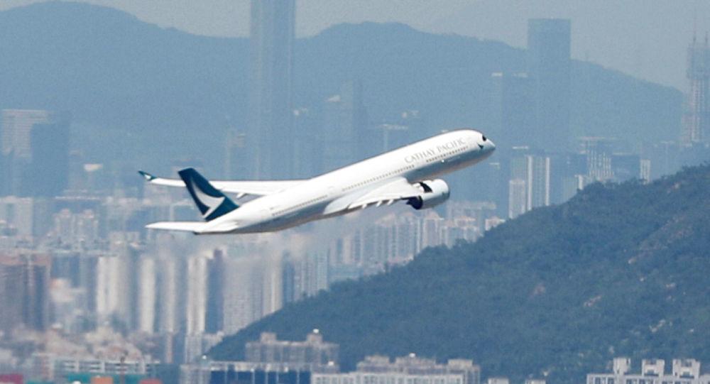 Un avión despegando desde el aeropuerto de Hong Kong