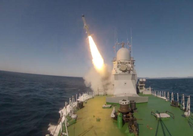 Directo al blanco: el portamisiles ligero Smerch prueba los misiles Uran