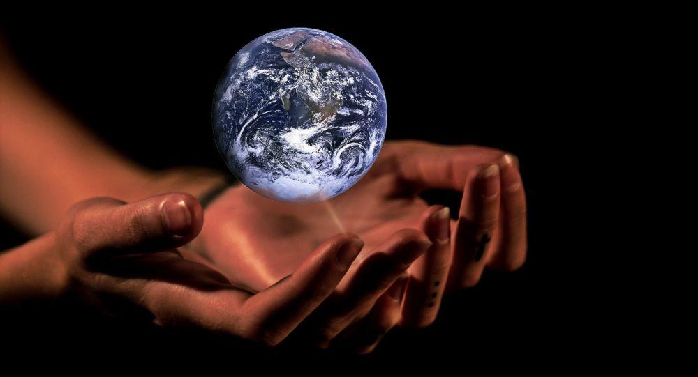 Las manos que sostienen la Tierra