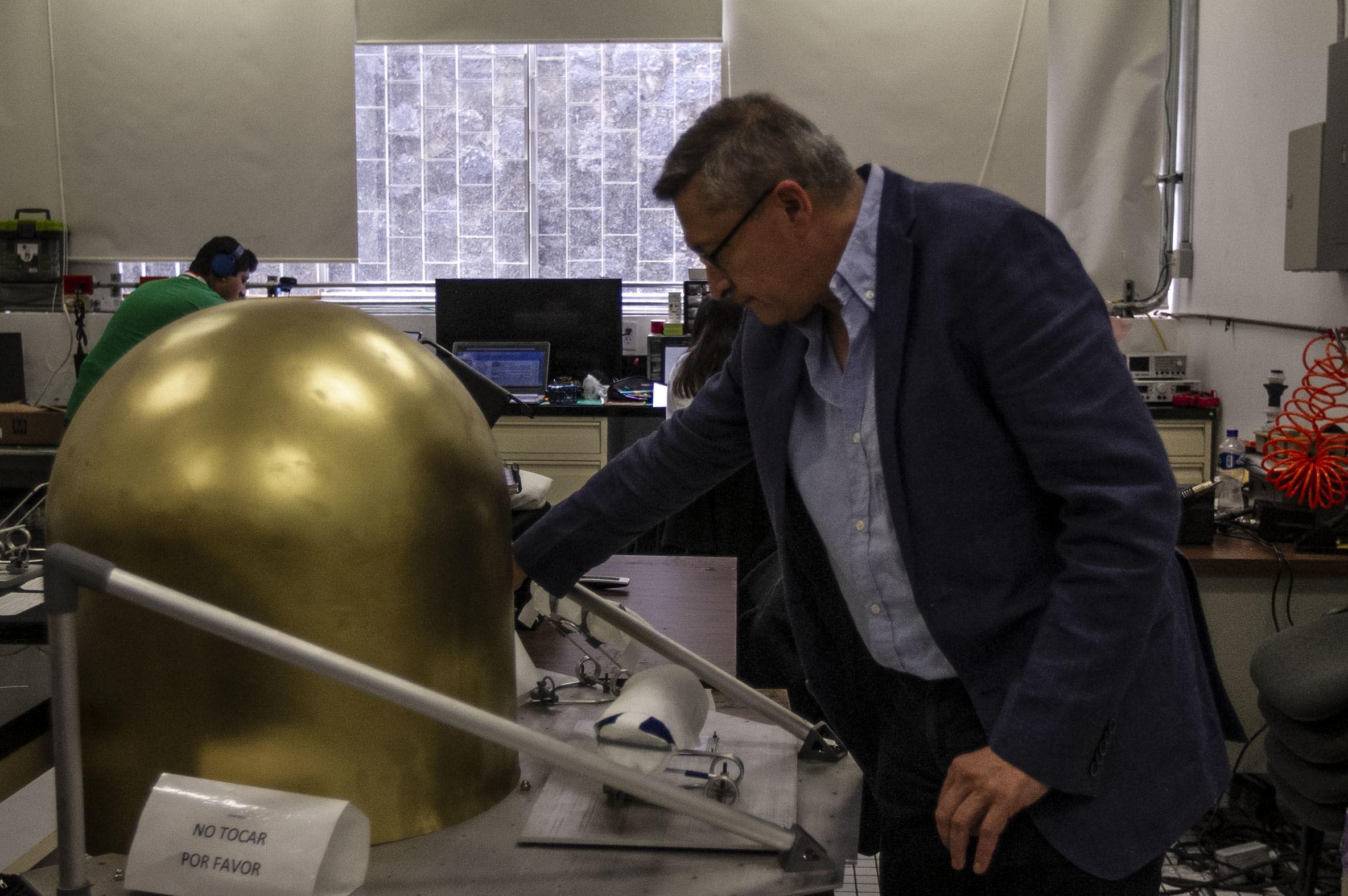 Gustavo Medina, investigador del Instituto de Ciencias Nucleares muestra la plataforma en que viajarán a la luna los pequeños robots que se dispersaran y juntaran para crear un panel solar