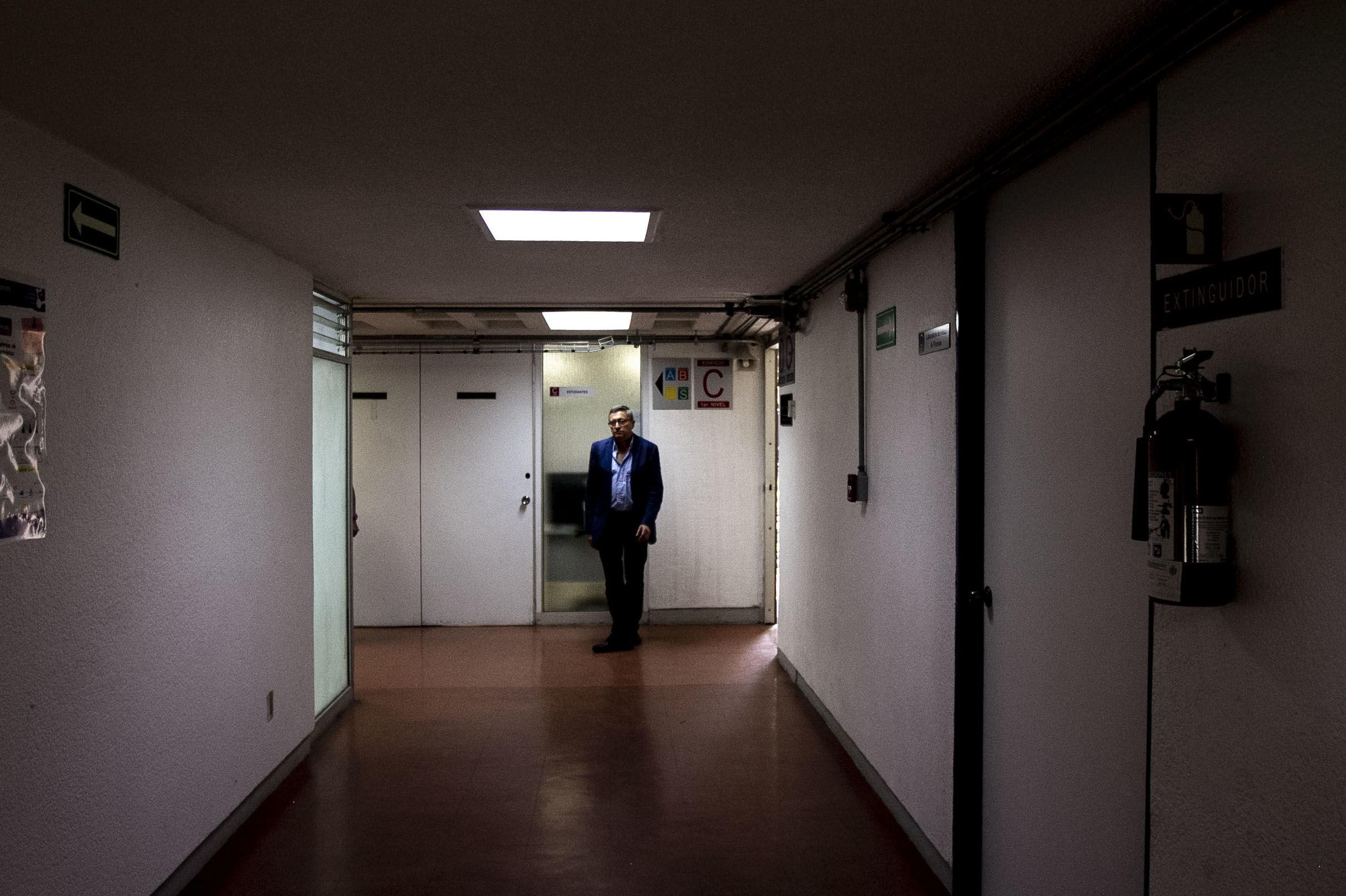 Gustavo Medina, investigador del Instituto de Ciencias Nucleares durante un recorrido por el Instituto