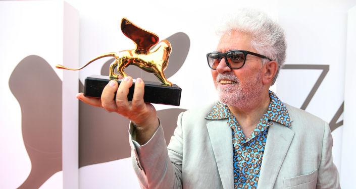 El director español Pedro Almodóvar recibe el León de Oro a su carrera cinematográfica en el festival de Venecia. El 29 de agosto del 2019