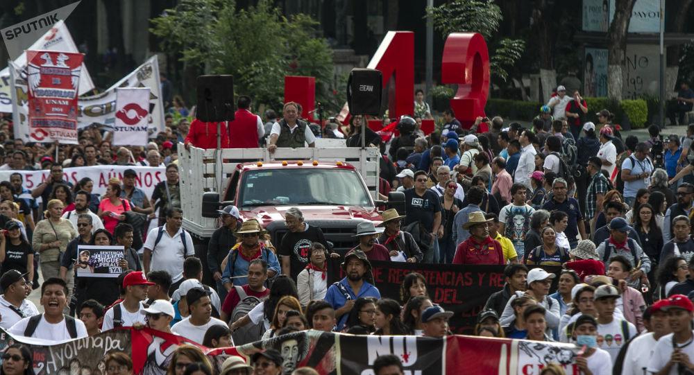 Asistentes a la manifestación en ciudad de México por los cinco años de la desaparición forzada de los 43 estudiantes de la normal rural de Ayotzinapa en el antimonumento que recuerdo este crimen.