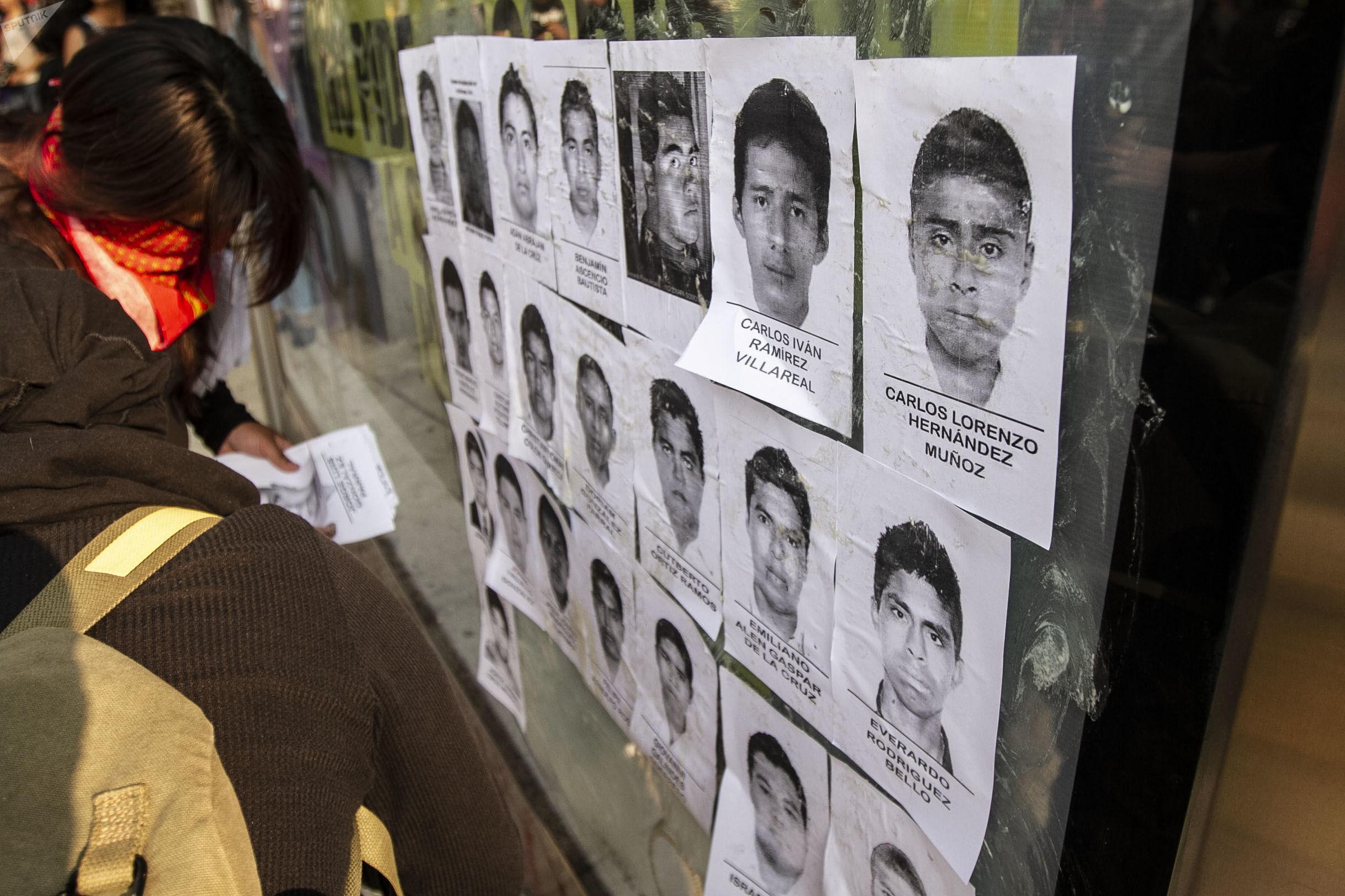 Retratos de los 43 estudiantes de Ayotzinapa desaparecidos por policías de Guerrero el 26 de Setiembre de 2014.