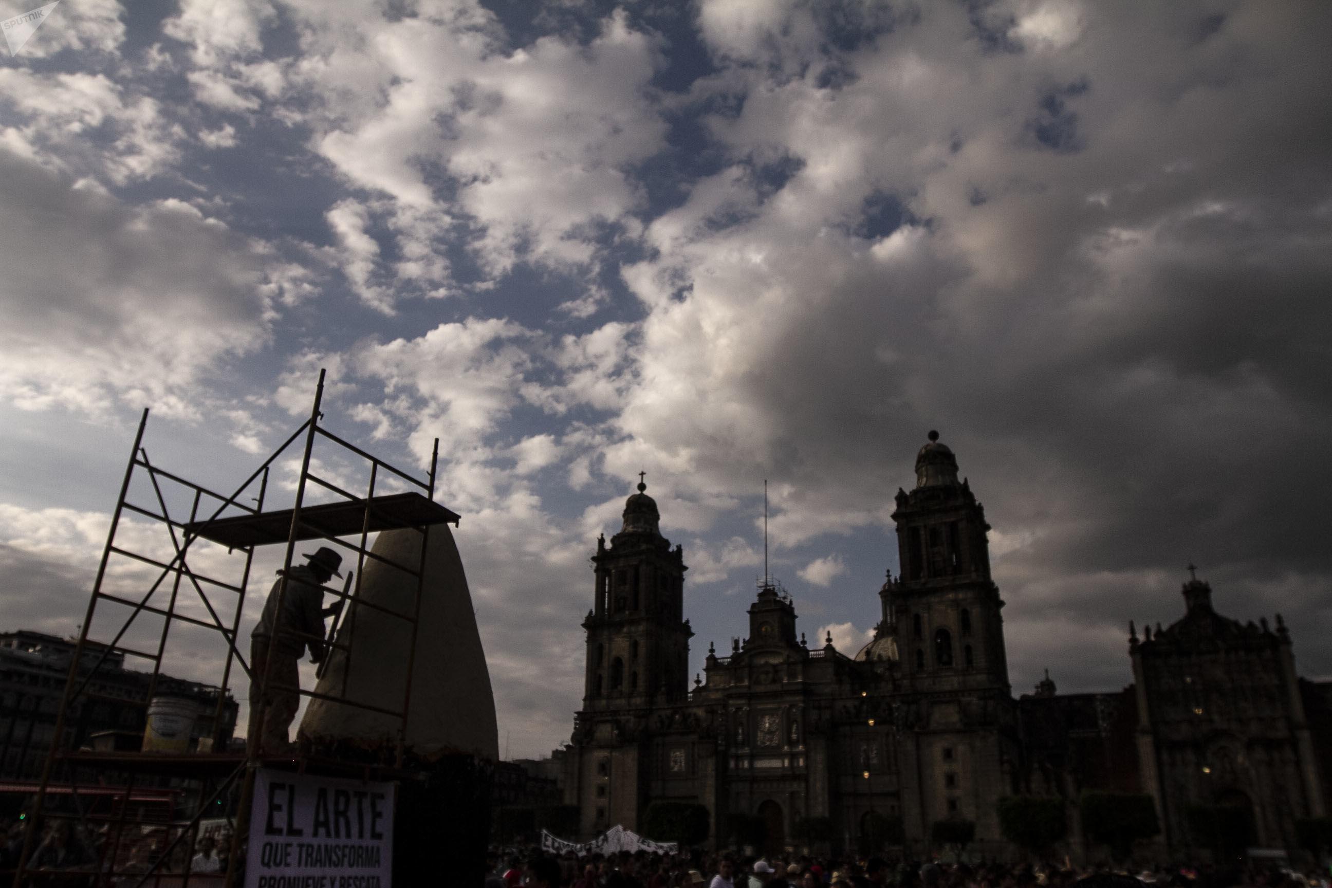 Performance en el Zócalo al llegar la marcha a cinco años de la desaparición forzada de los normalistas de Ayotzinapa.