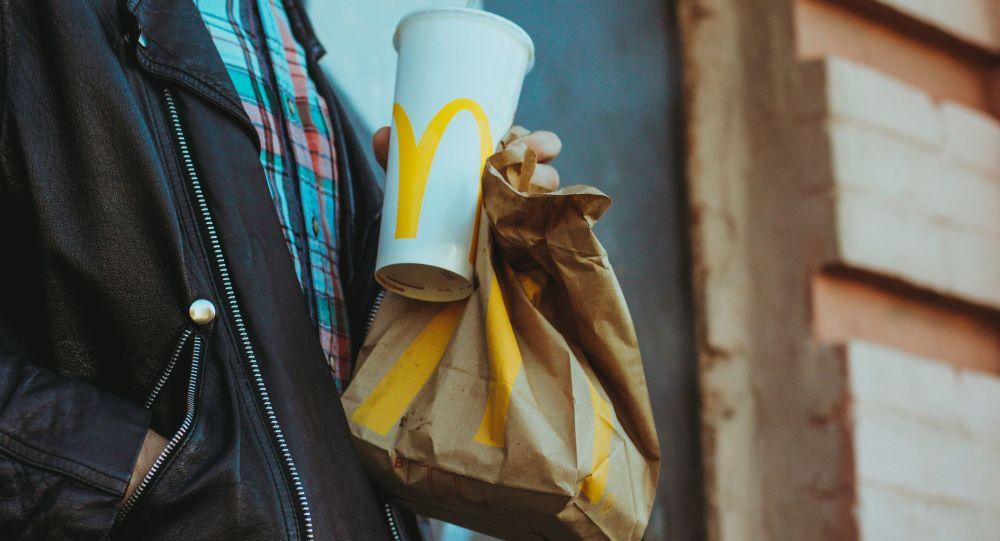 Una persona con alimentos de McDonald's