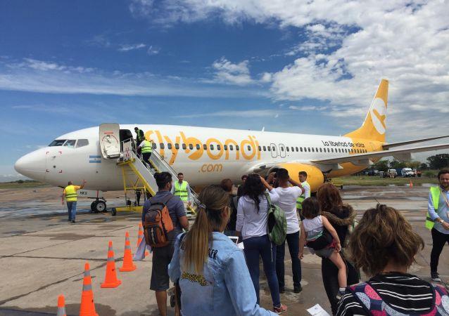 Avión de Flybondi se prepara para despegar en el Aeropuerto de El Palomar