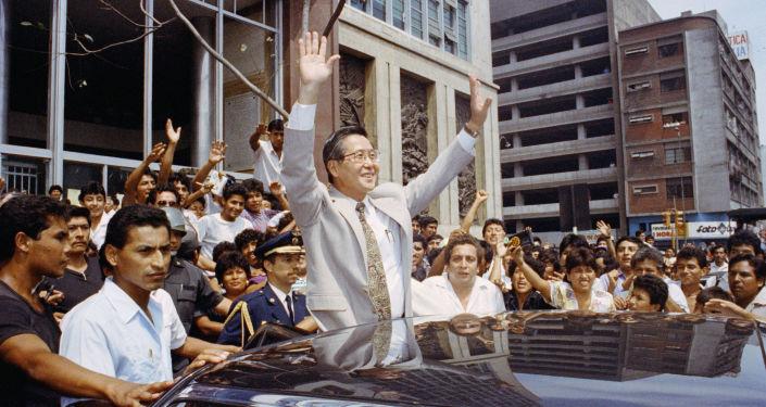 El expresidente peruano Alberto Fujimori celebrando luego de la disolución del Congreso en 1992