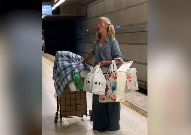 Una rusa sin techo se hace famosa en EEUU tras cantar en el metro