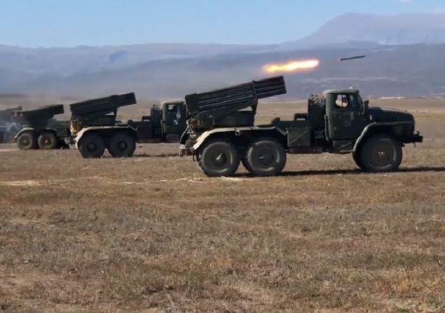 El Tornado-G ruso lanza misiles en Daguestán