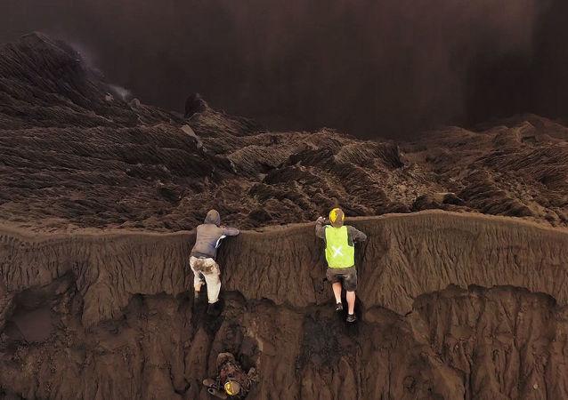 Un fotógrafo sube a un volcán en erupción para registrar las mejores imágenes
