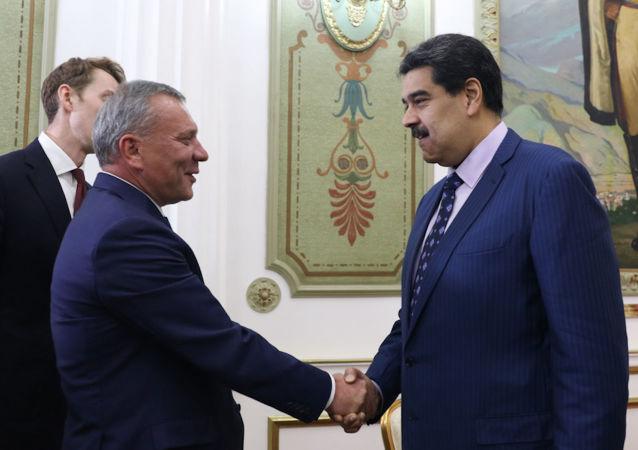El presidente de Venezuela, Nicolás Maduro, junto al vice primer ministro de Rusia, Yuri Borísov
