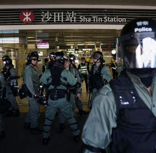 Policías en una estación de metro en Hong Kong