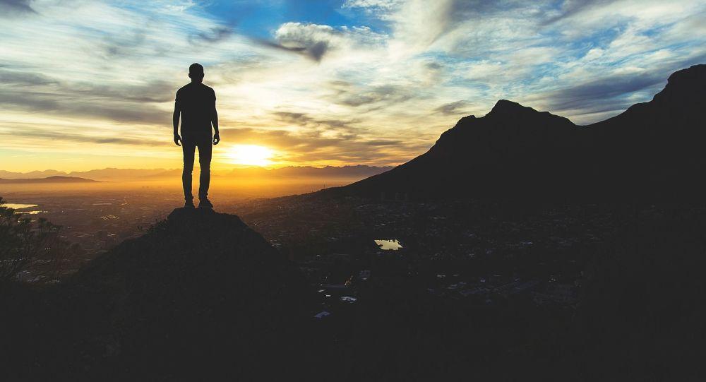 Un hombre observa la puesta del sol