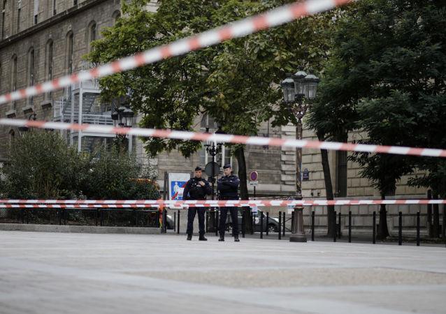 Policías franceses cerca de la sede de la Prefectura de París