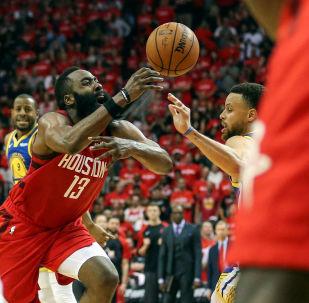 El equipo de Houston Rockets en un partido de la liga de baloncesto profesional estadounidense, NBA