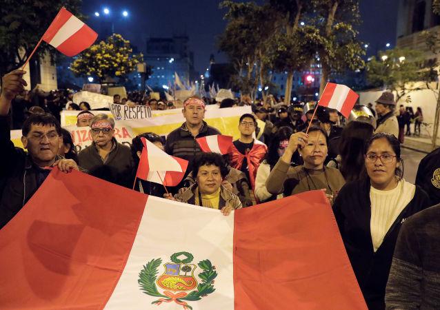 El pueblo se manifiesta para apoyar al presidente de Perú, Martín Vizcarra, después de que disolviera el Congreso