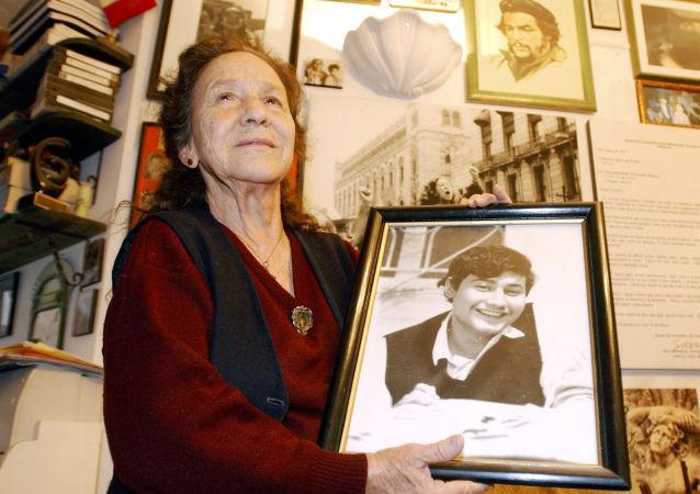 Rosario Ibarra de Piedra con un retrato de su hijo, Jesús Piedra Ibarra