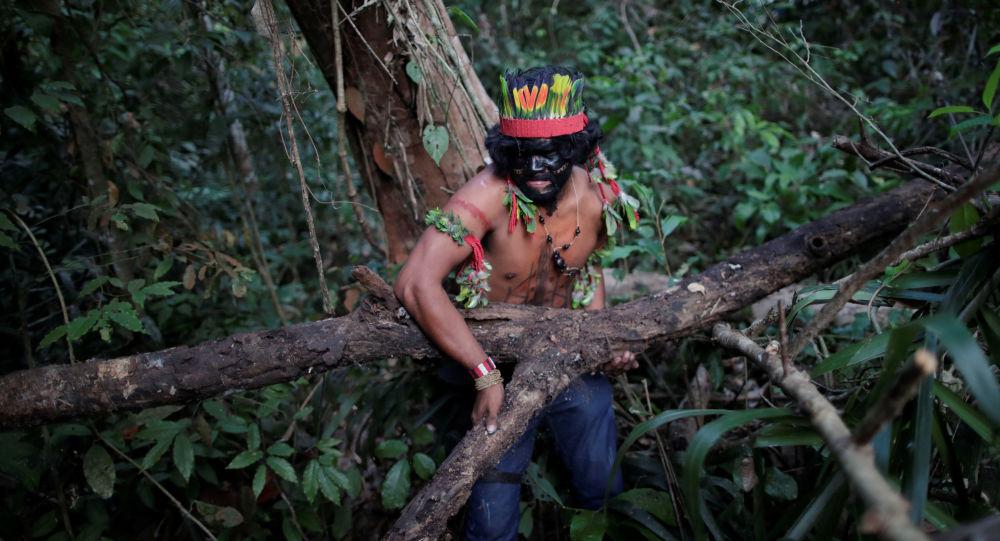 Un indígena en Amazonía