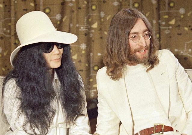 John Lennon junto a su esposa, Yoko Ono