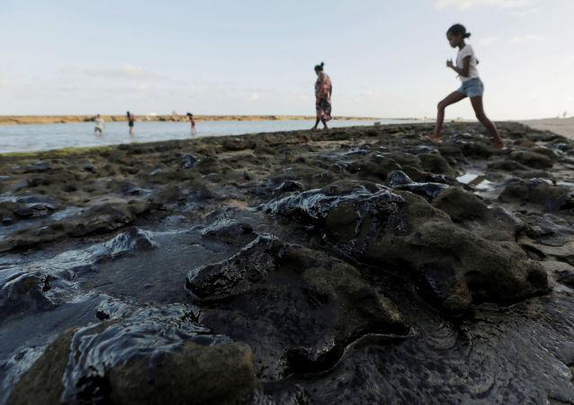 Las manchas de petróleo en la costa del río San Francisco