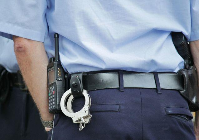 Un policía con esposas (imagen referencial)