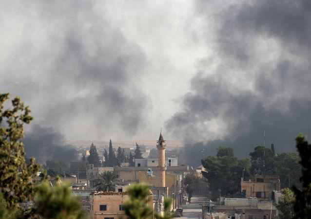 El humo sobre la ciudad turca de Akcakale (archivo)