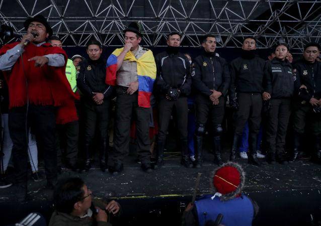 Policías ecuatorianos, retenidos por el movimiento indígena en la Casa de Cultura en Quito