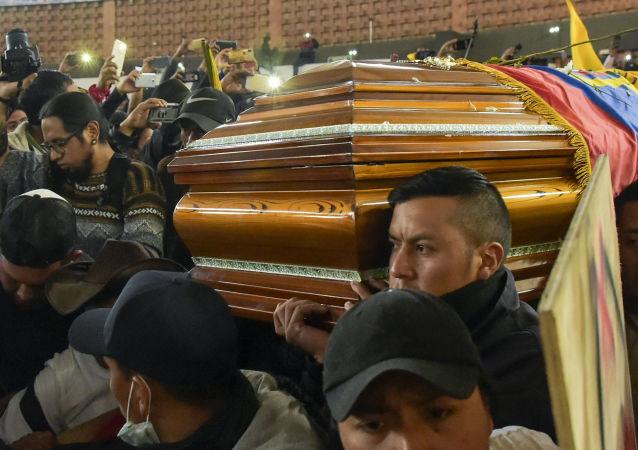 Homenaje a las dos víctimas indígenas fallecidas durante los enfrentamientos con la policía en Ecuador
