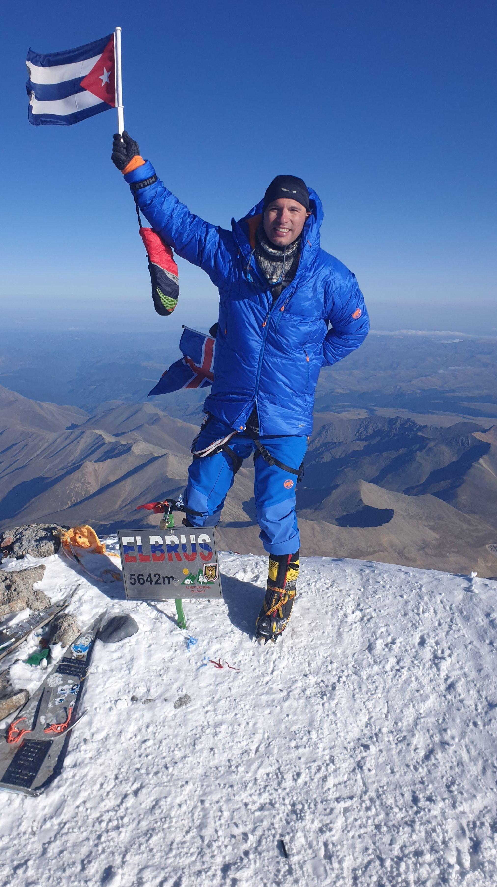 El cubano Yandy Núñez en la cima del Monte Elbrus en Rusia