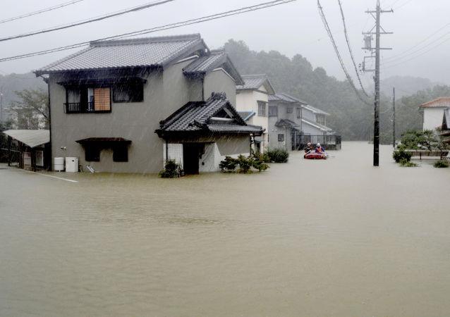 Las fuertes lluvias causadas por el tifón Hagibis inundan un área residencial en Ise (Japón)