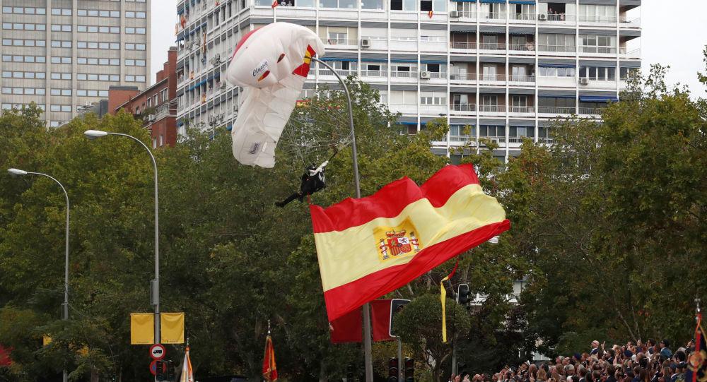 Accidentado aterrizaje del paracaidista que llevaba la bandera de España