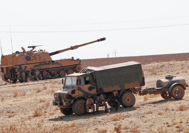 Vehículos militares turcos cerca de la frontera con Siria