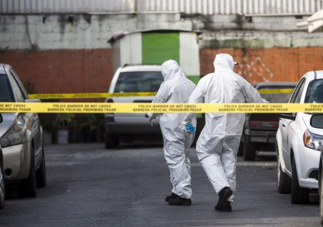 Expertos forenses mexicanos en lugar de un crimen (archivo)